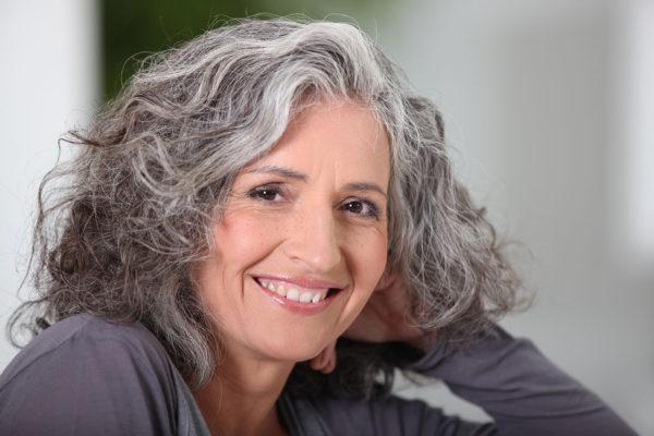 Femme souriante aux cheveux gris